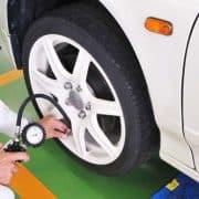 車のタイヤの空気圧はガソリンスタンドで無料点検できるって本当?